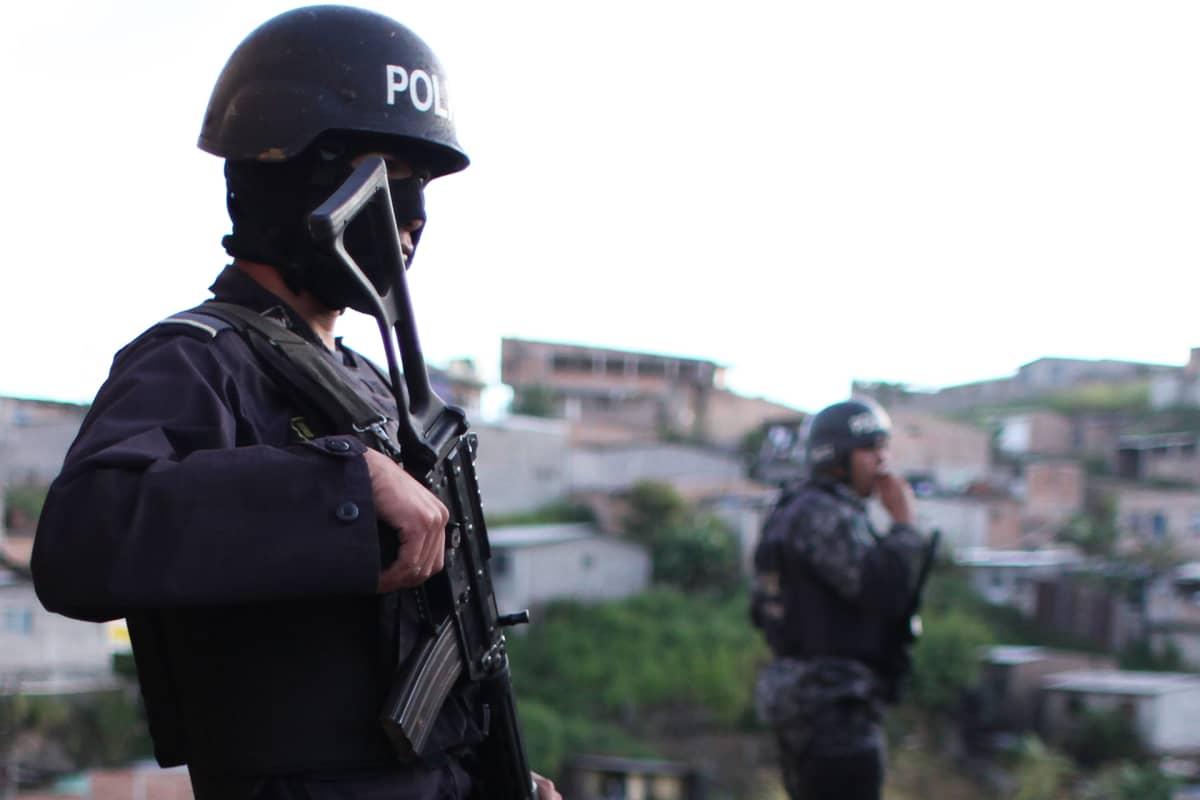 Aseistettuja poliiseja.