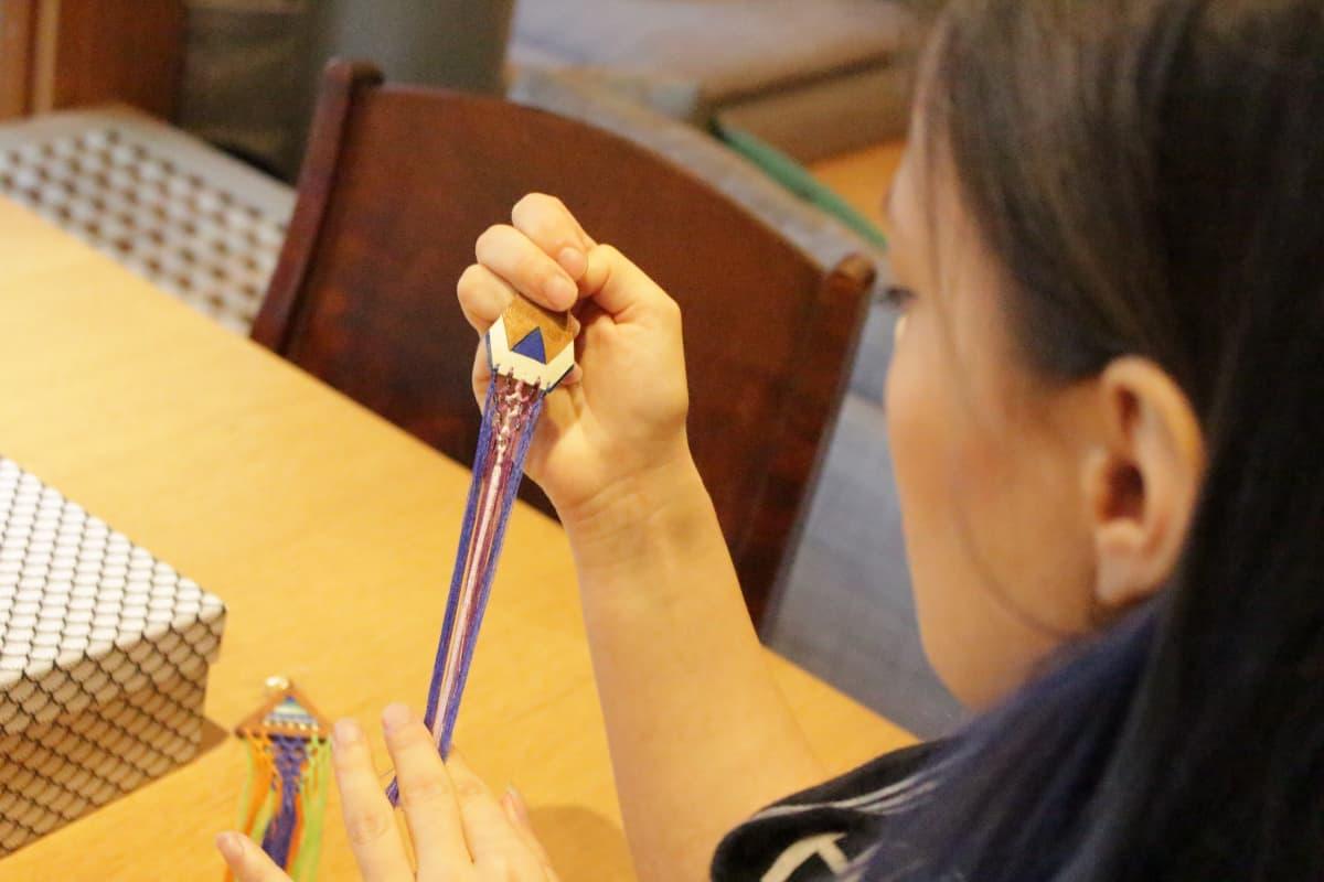 Hildá Länsman tekee käsityönä koruja joita hän käyttää esiintyessään.