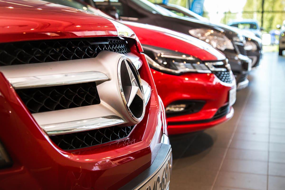 Uusia autoja vantaalaisessa autoliikkeessä.