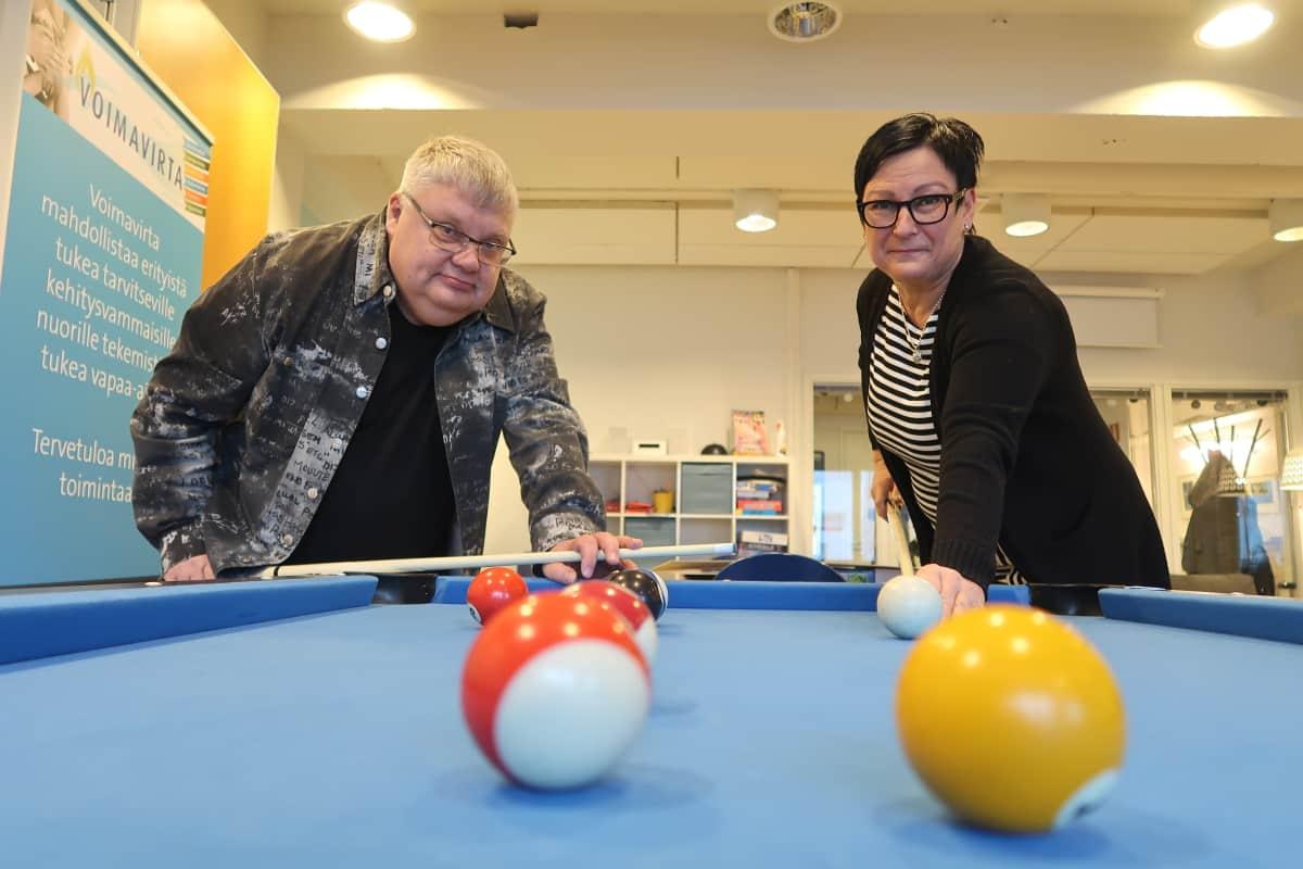 Markku Vellas ja Helvi Hellsten pelaavat biljardia Setlementin Voimavirta-tapaamispaikassa.