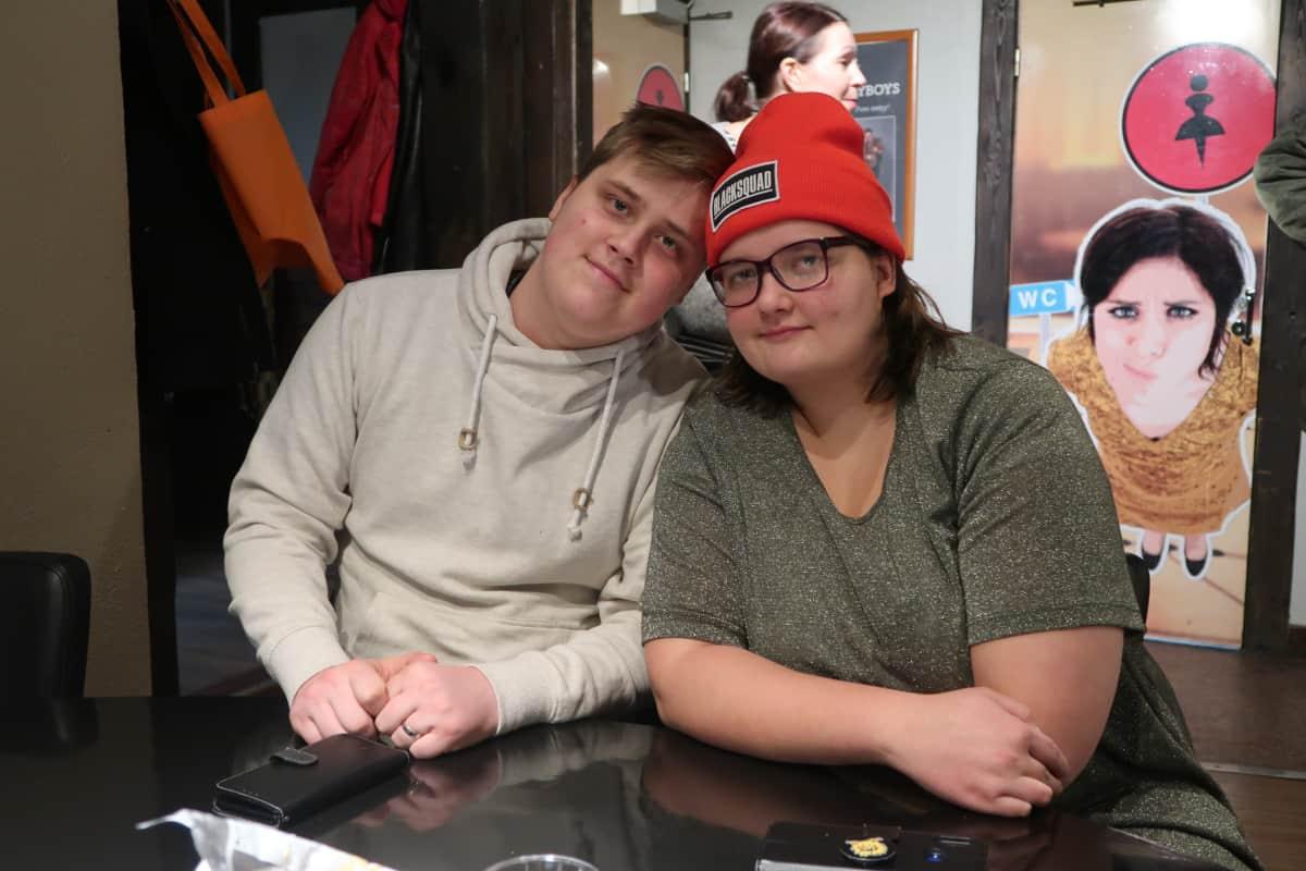 Nuoripari Jere ja Julia Fonsen istuvat pöydän ääressä rakastuneen näköisenä Villiklubilla.