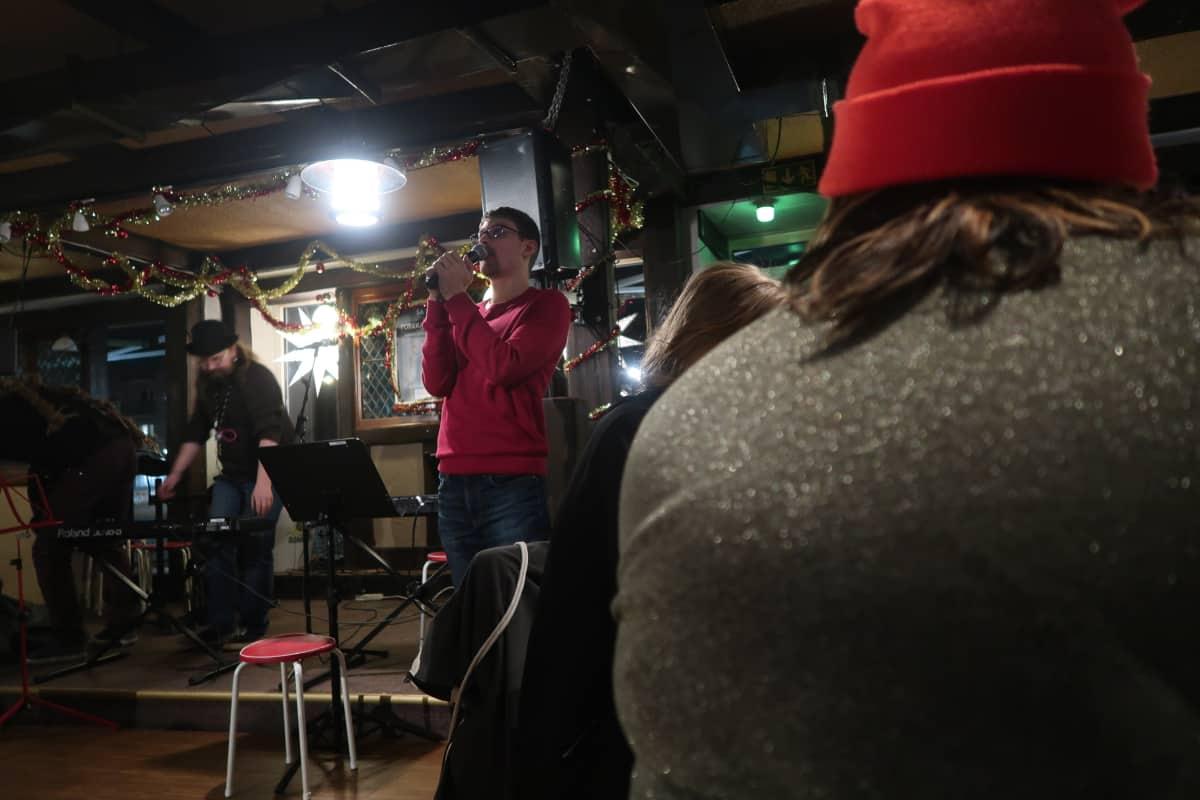 Jon Mattsson laulaa karaokea Villiklubin illassa.