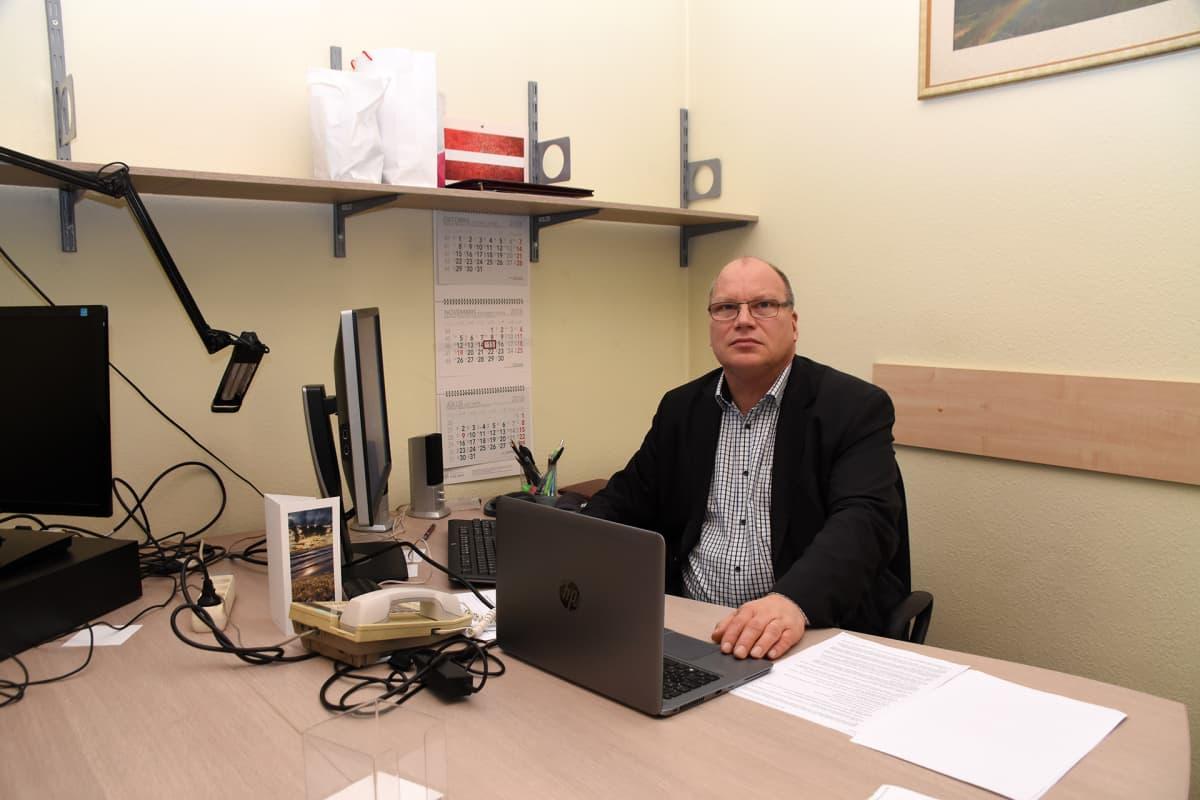 Spekulaatiot siitä, keitä KGB-kontaktien listalla on, ovat jatkuneet jo 27 vuotta. Kansanedustaja Ritvars Jansons näkee, että Latvialle on parasta julkaista KGB-asiakirjat. Jansons istuu kuvassa Kansallinen allianssi -puolueen tiloissa Latvian parlamentissa.