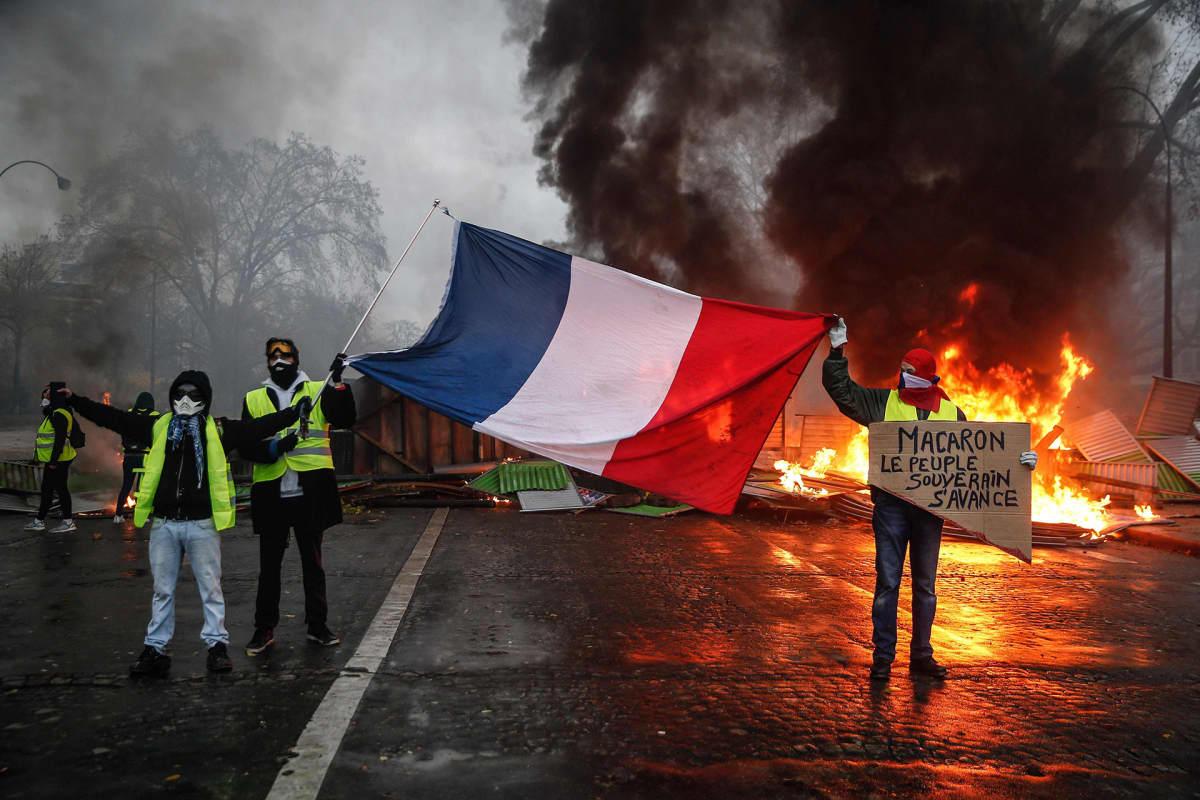 Mielenosoittajia Pariisissa 1. joulukuuta.