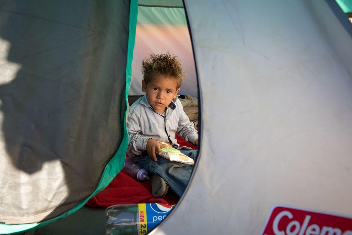 Hondurasilaisen Gabriela Regaladon poika Jefferson, 3 vuotta. 20-vuotias äiti Gabriela asuu teltassa kahden taaperoikäisen lapsensa kanssa siirtolaiskaravaanin leirissä Tijuanassa, Meksikossa.