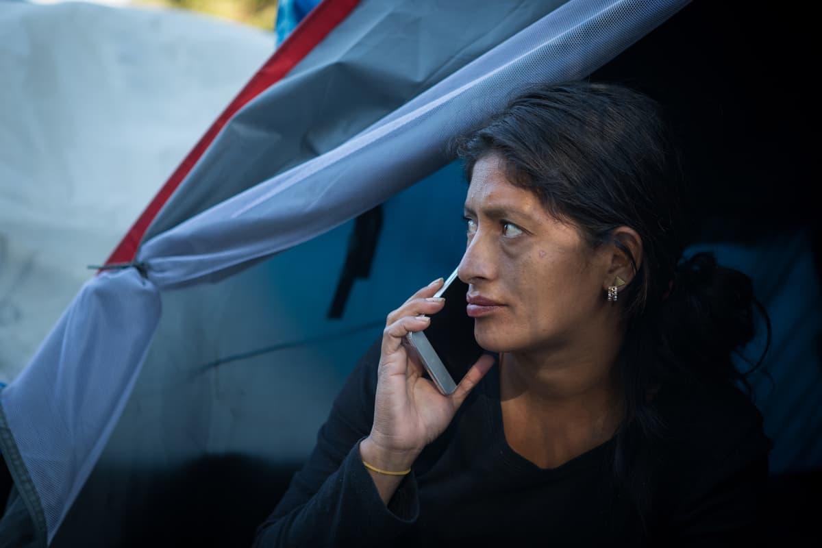 Hondurasilainen Elva Galdamoz Aguilai asuu teltassa kolmen lapsensa kanssa.