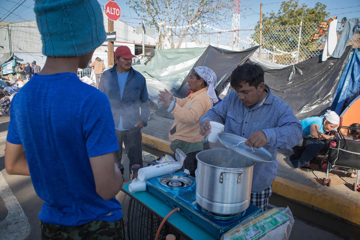 Väli-Amerikasta matkannut siirtolaiskaravaani on leiriytynyt Yhdysvaltain raja-aidan tuntumaan Tijuanaan, Meksikoon. Ensimmäinen leiri on suljettu puutteellisen hygienian vuoksi, mutta moni ei halua siirtyä uuteen leiriin kauemmaksi rajasta.