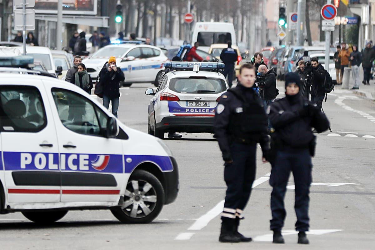 Poliisi partioi Neudorfin kaupunginosassa Strasbourgissa, Ranskassa.