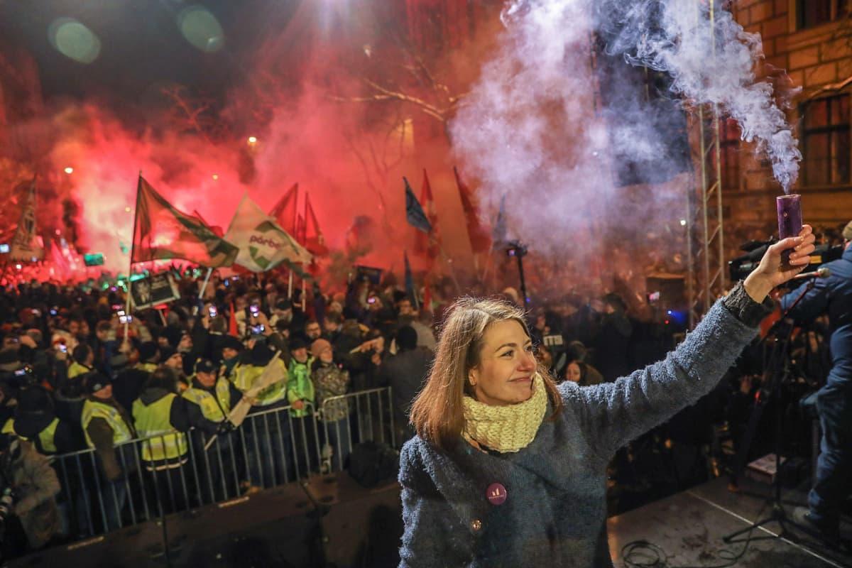 Mielenosoittajia Budapestin kadulla sunnuntaina.