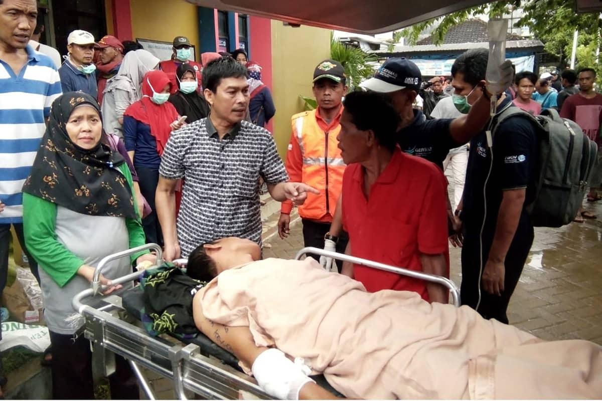 Tsunamin uhria viedään hoitoon.