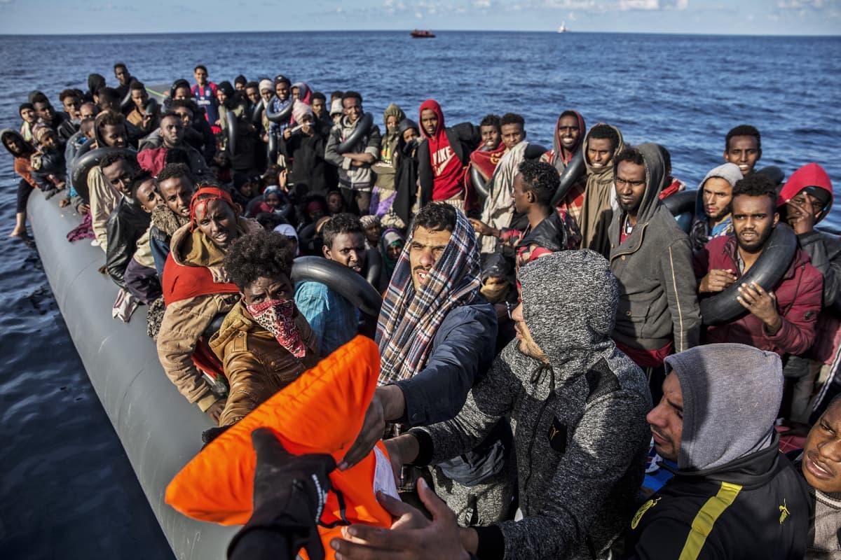 Pakolaisia lautalla.
