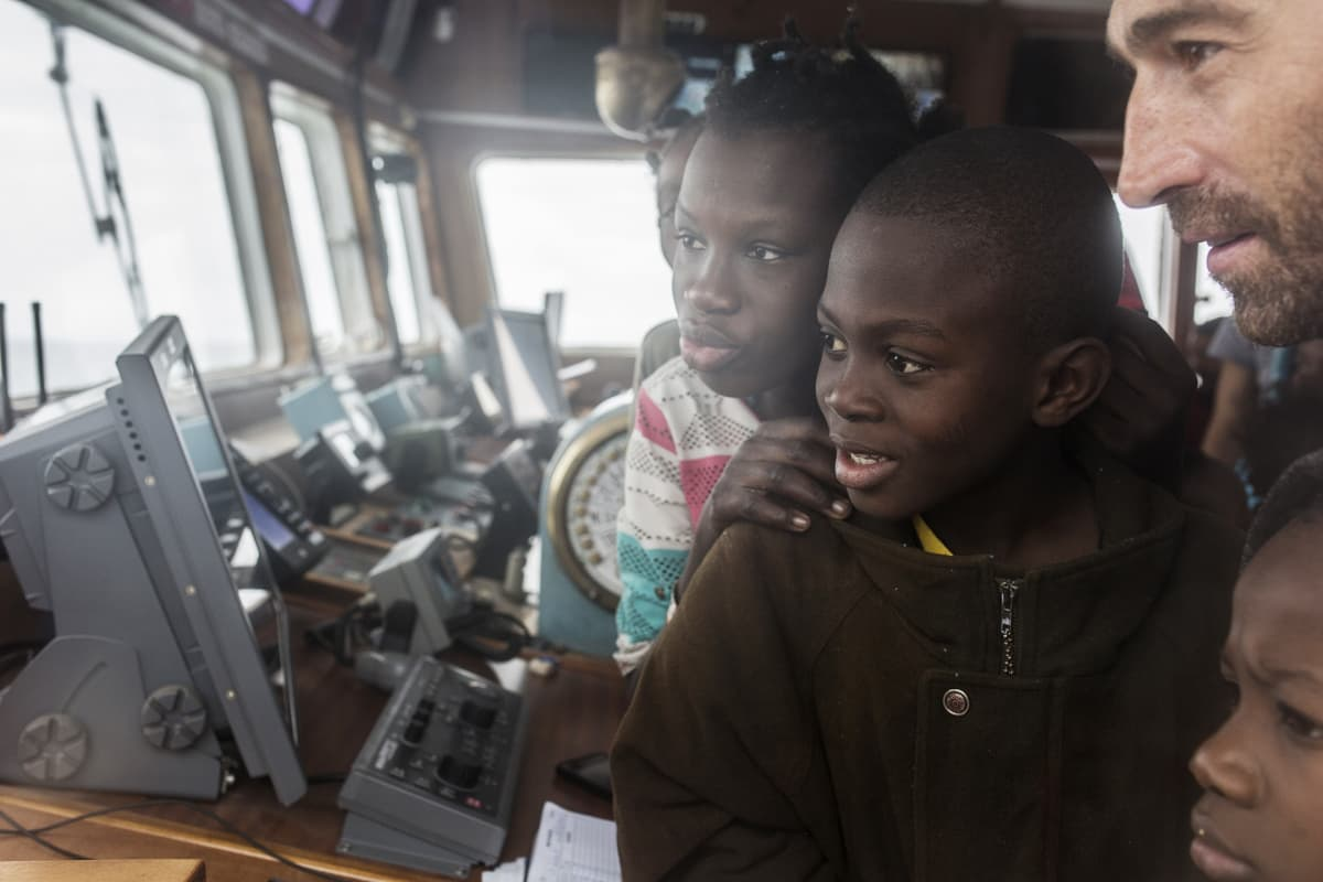 Lapsia laivan komentosillalla.