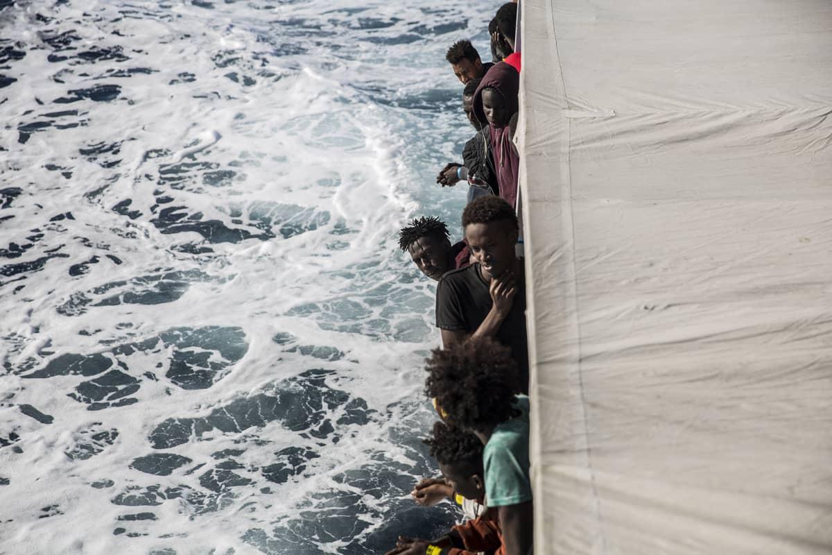 Pakolaisia laivan kannella.