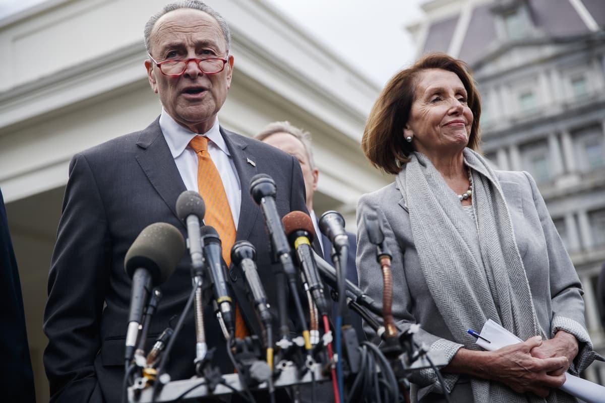 Chuck Schumer ja Nancy Pelosi tiedotustilaisuudessa Donald Trumpin kanssa käytyjen neuvottelujen jälkeen Valkoisessa talossa keskiviikkona.