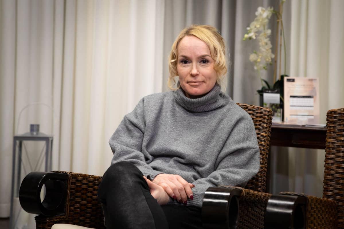 Tamperelainen Anu Mäkinen on ottanut botuliinipistoksia plastiikkakirurgialla lähes vuosikymmenen ajan muutaman kerran vuodessa.