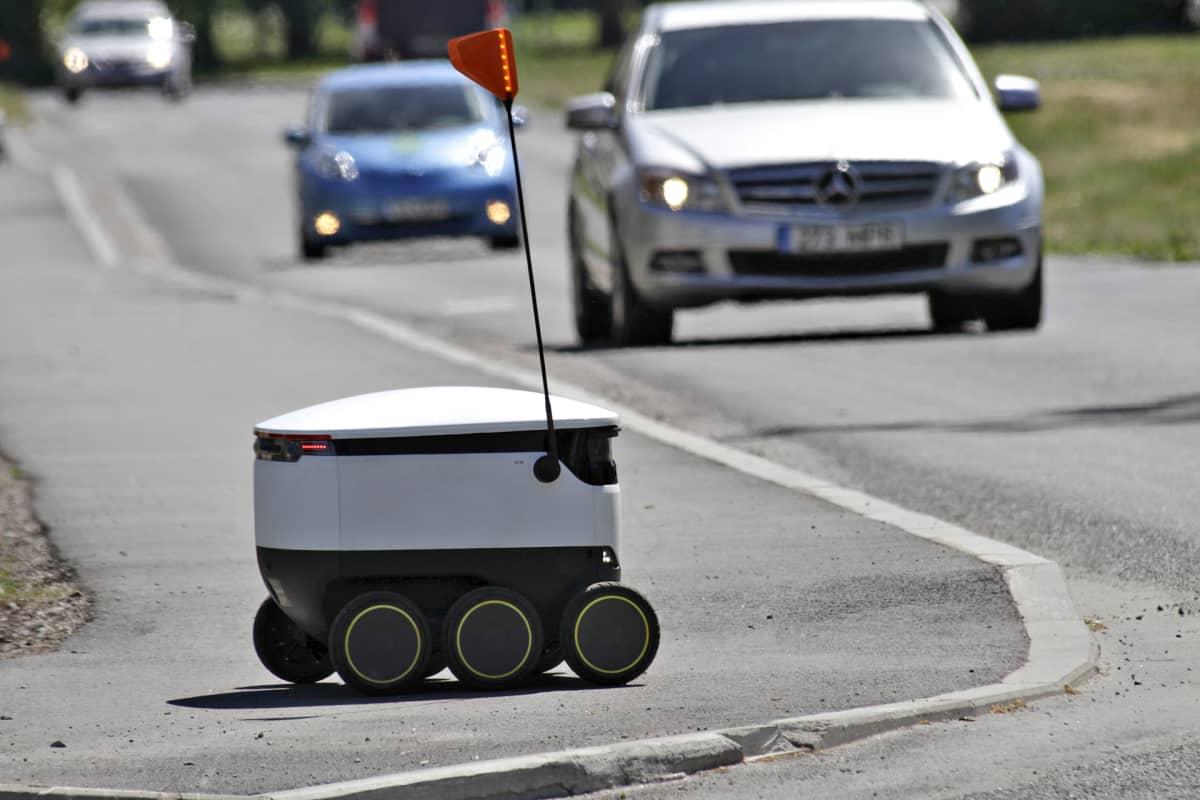 Starship Technologies -yrityksen kuljetusrobotti liikenteessä.