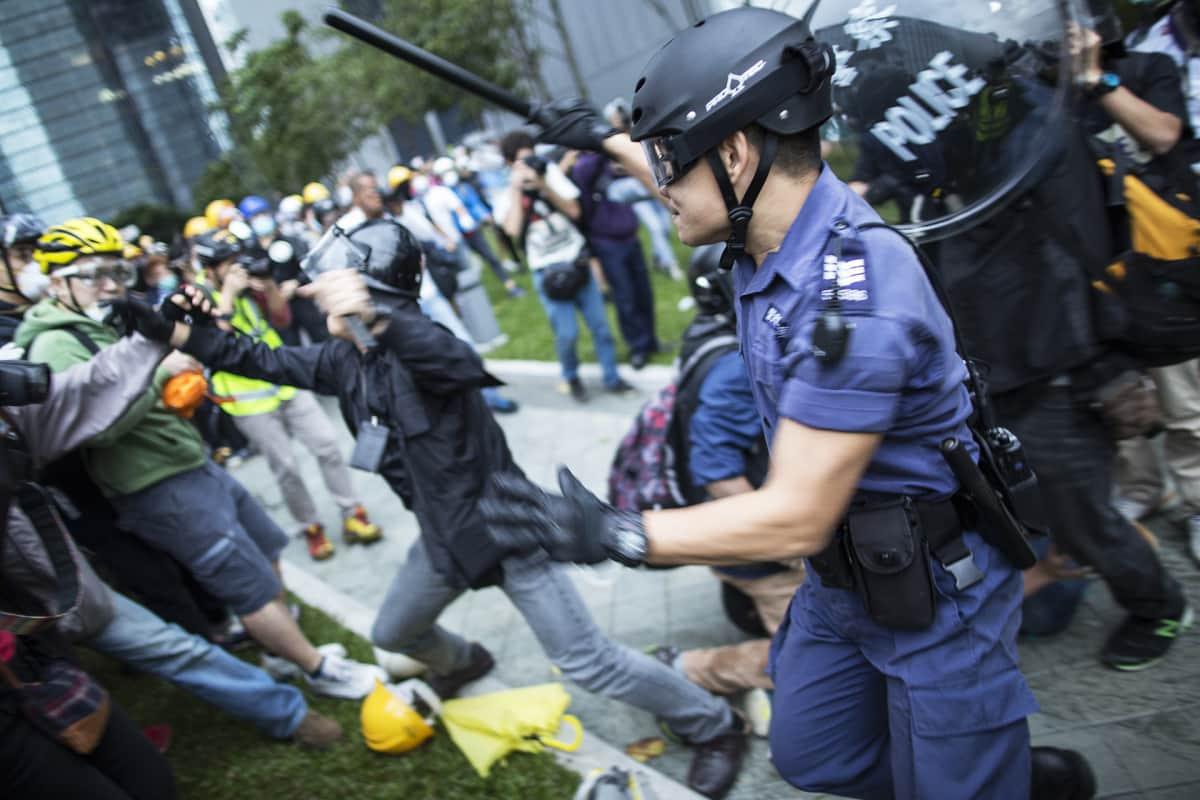 Poliisit hajoittivat sateenvarjomielenosoitukset loppuvuodesta 2014.