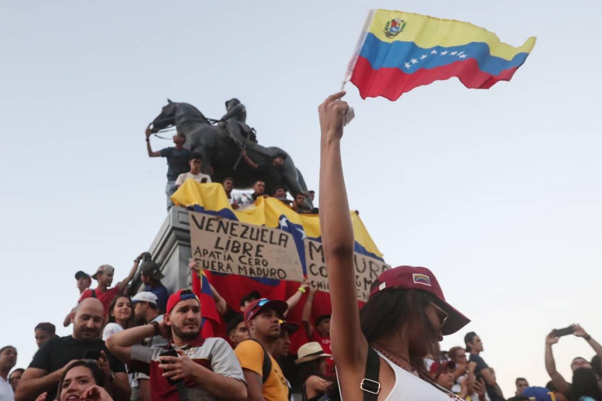 Nyt roihahtaneissa protesteissa marssii koko kansa yhteiskuntaluokkaan katsomatta.