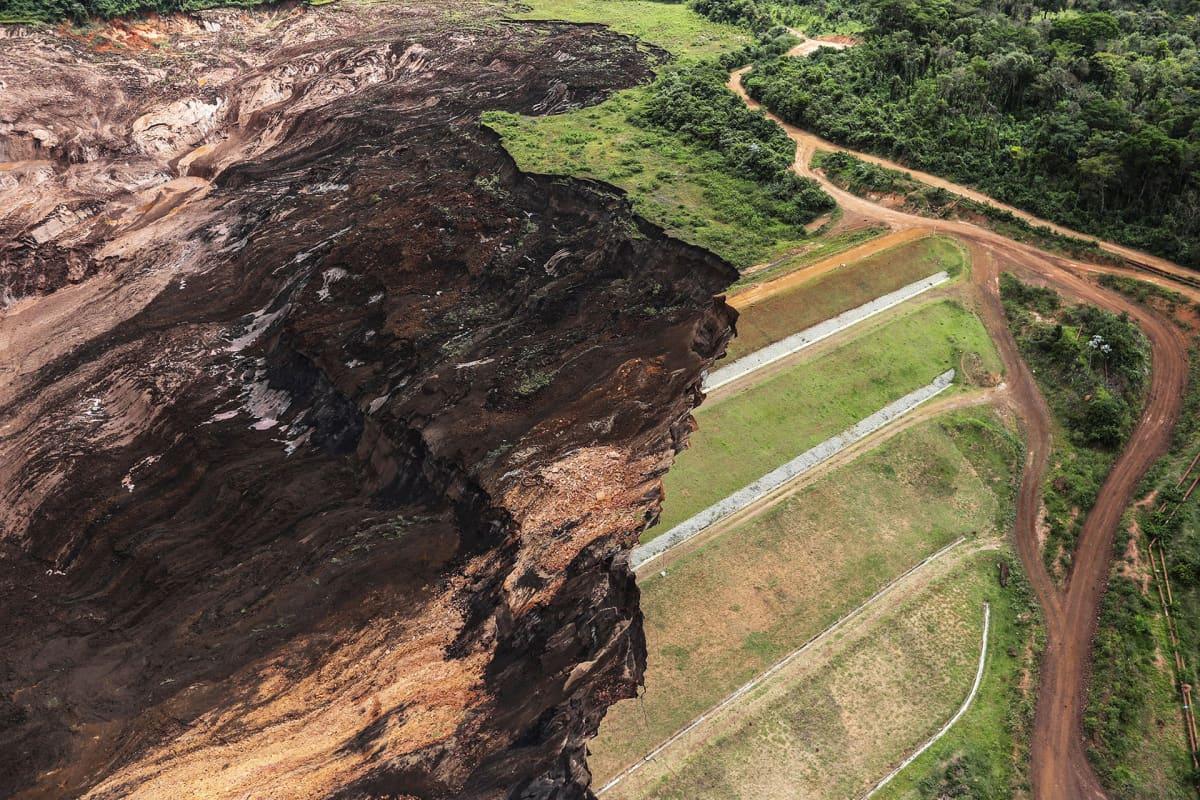 Murtuneen padon aiheuttamia tuhoja maisemassa.