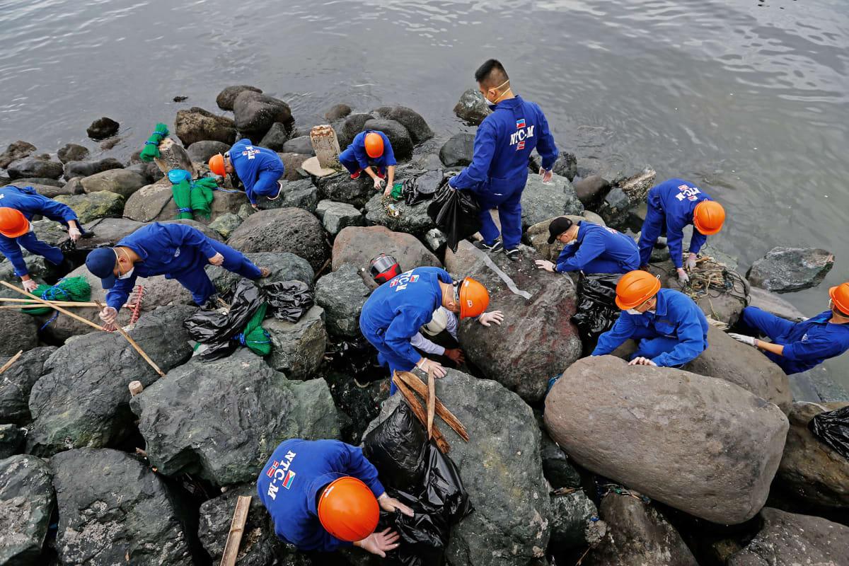 Vapaaehtoiset siivoavat rantoja.