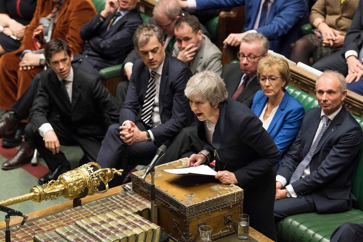 Pääministeri Theresa May parlamentin alahuoneessa.