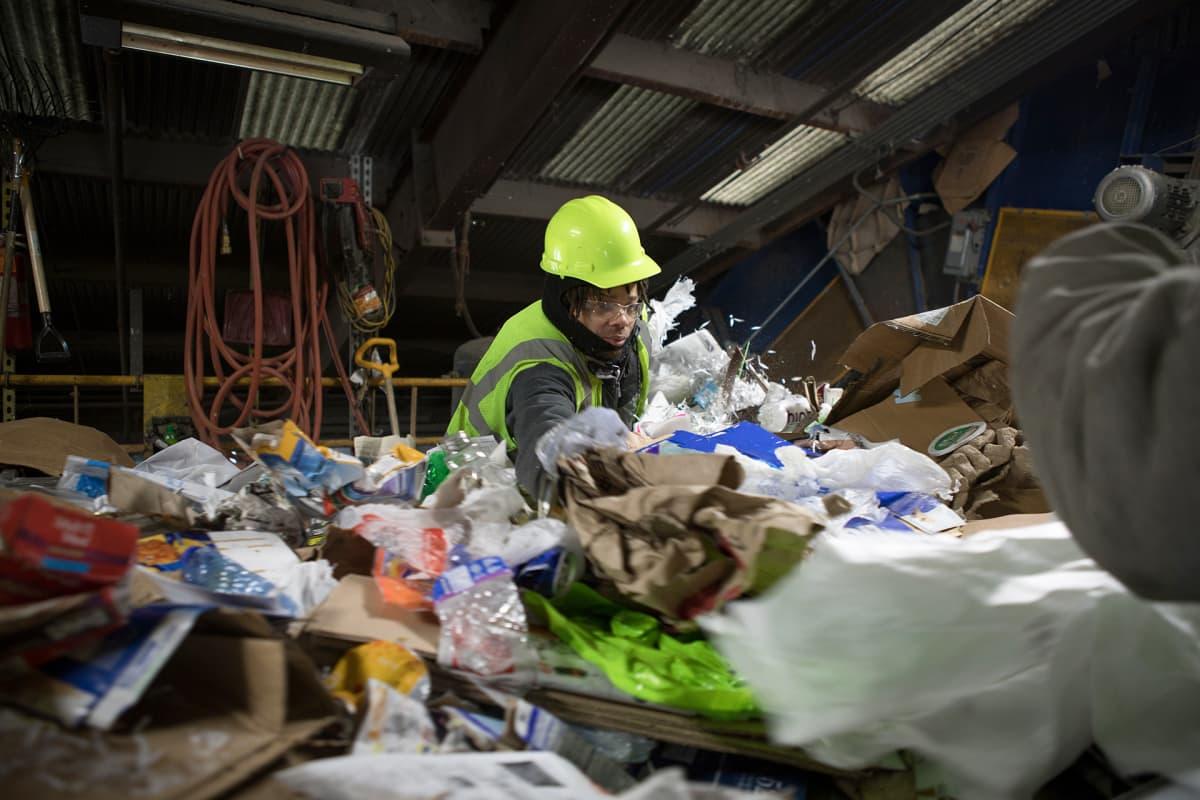 Kierrätysjätelaitoksissa joudutaan korjaamaan yhdysvaltalaisten kierrätysvirheitä, vaikeimpia ovat ruoantähteet, jotka voivat pilata isoja kuormia kierrätysmateriaalia.