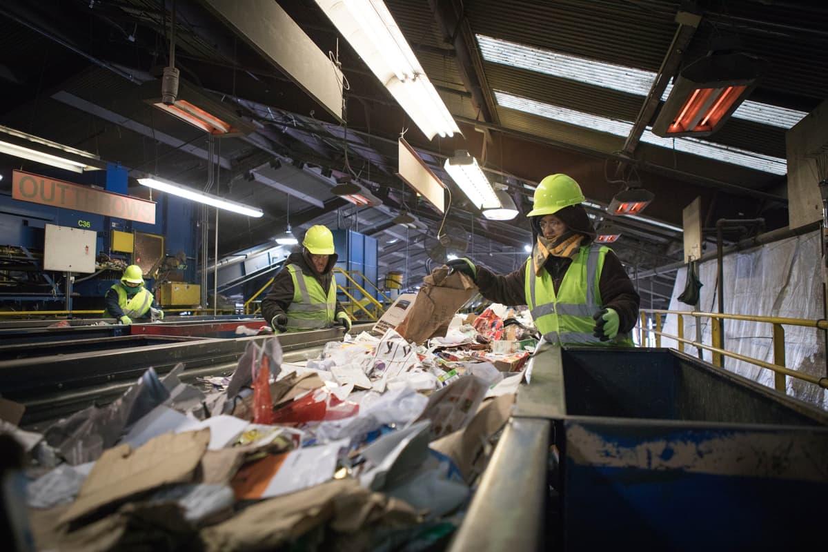 Kiinan lopetettua yhdysvaltalaisten kierrätysmateriaalin ostamisen useita tonneja kierrätyspaperia jouduttiin viemään USA:ssa kaatopaikalle.