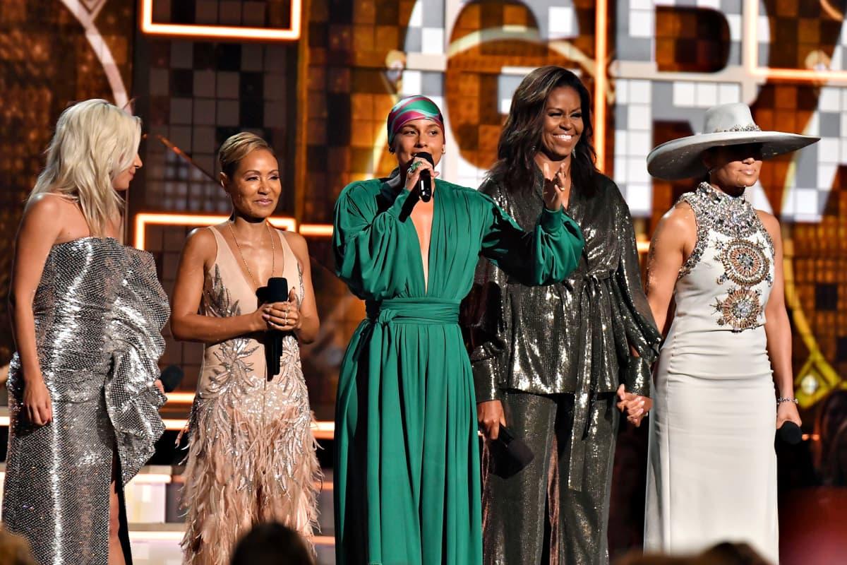 Lady Gaga, Jada Pinkett Smith, Alicia Keys, Michelle Obama ja Jennifer Lopez avasivat näyttävästi Grammy-juhlan.