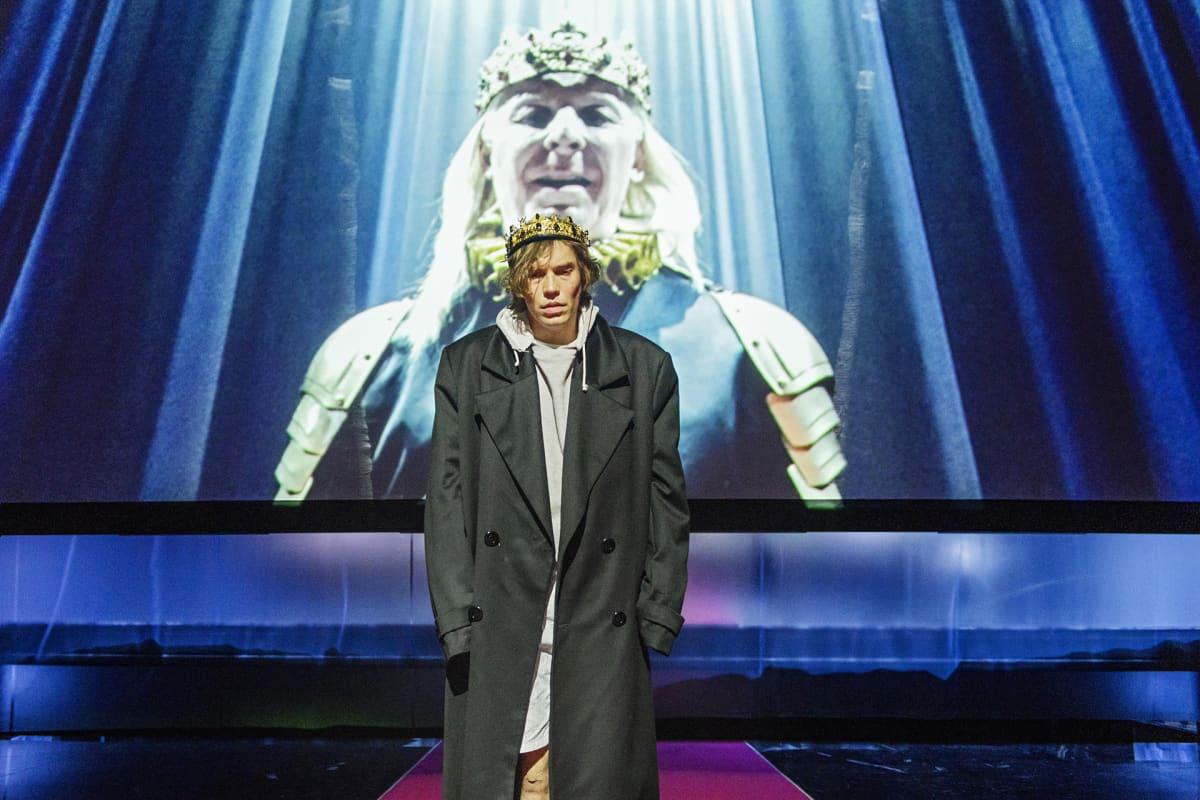 Jussi Nikkilä esittää Hamletia Turun kaupunginteatterissa.