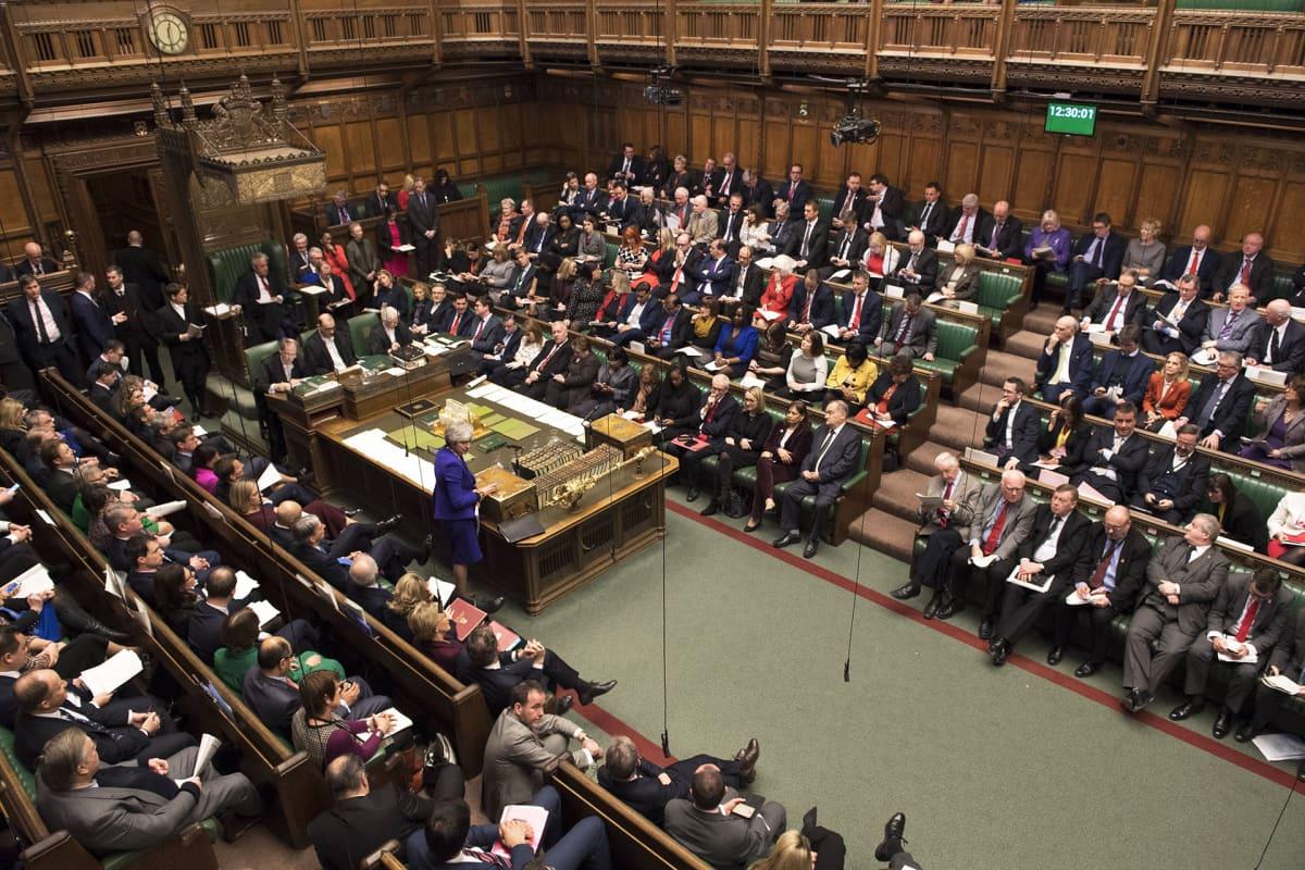 Pääministeri Theresa May puhuu Britannian parlamentin alahuoneessa 31. tammikuuta 2019.