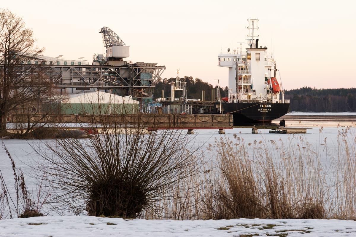 Laiva Hässelbyn voimalan satamassa Tukholmassa.