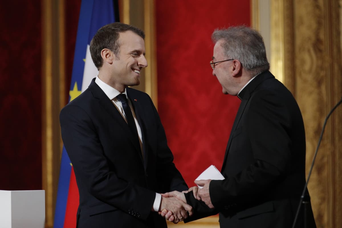 Ranskan presidentti Emmanuel Macron (vas.) kätteli Ranskassa nyt seksuaalisesta ahdistelusta epäiltyä Luigi Venturaa viime vuoden tammikuussa uuden vuoden kunniaksi järjestetyllä vastaanotolla.