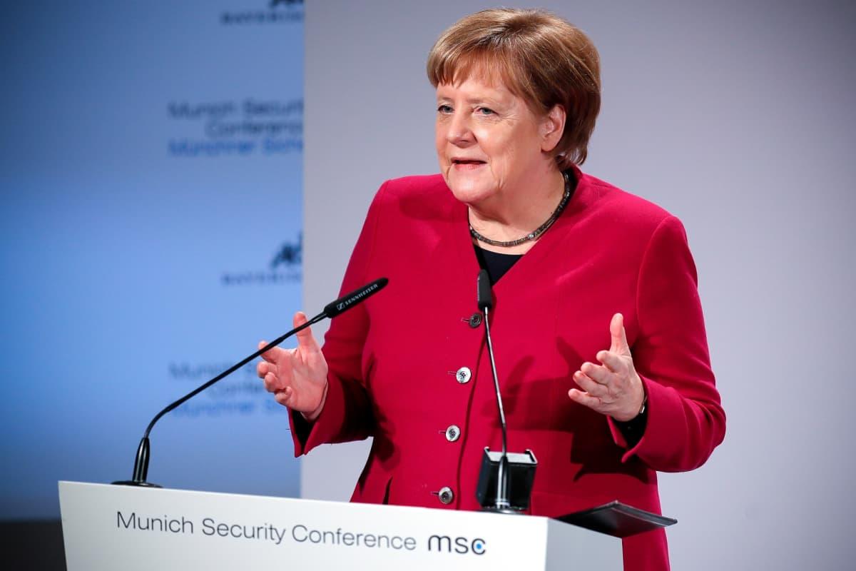 Saksan liittokansleri Angela Merkel sai raikuvat suosionosoitukset Münchenin turvallisuuskokouksessa.
