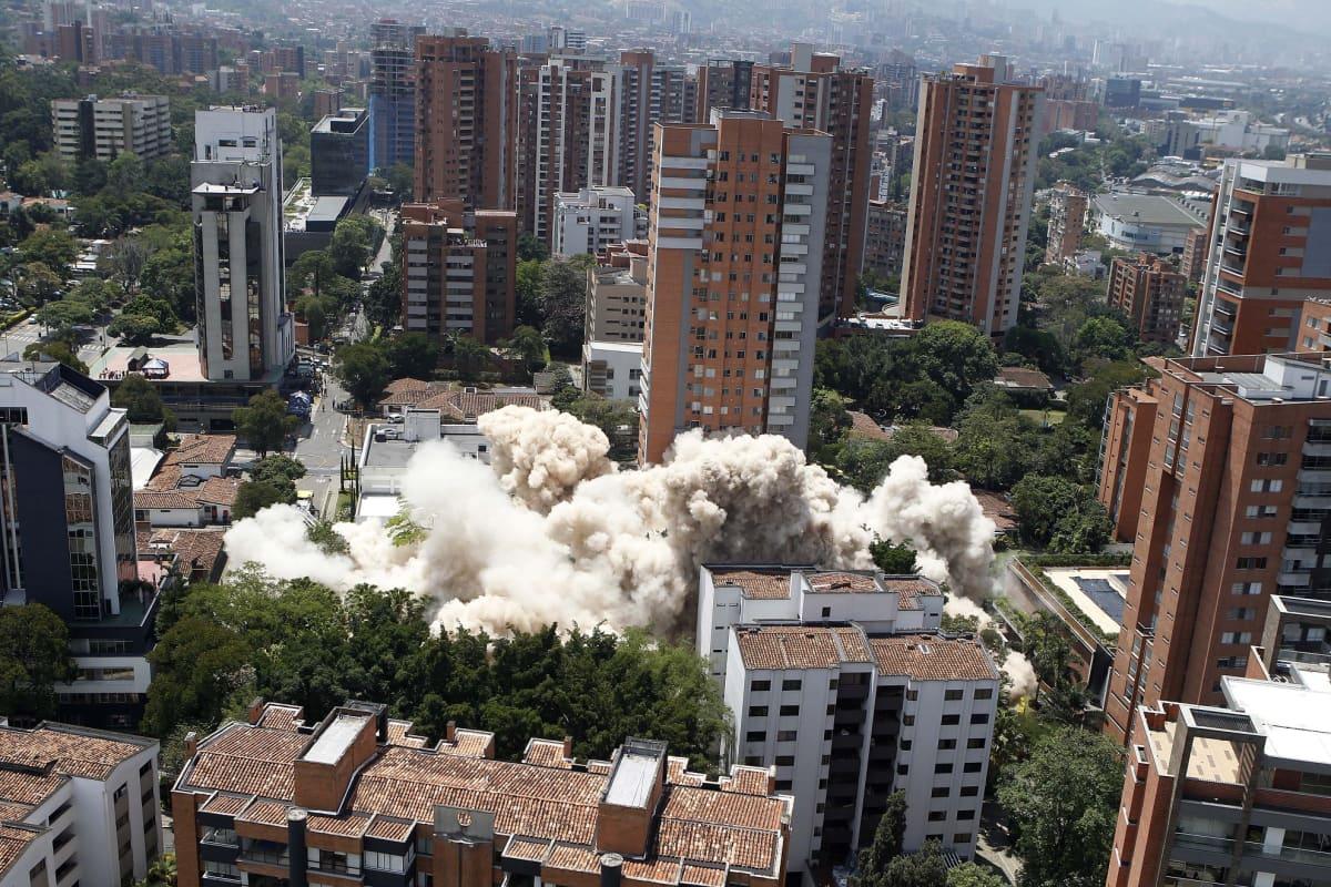 Valkoinen betonipölypilvi levisi Medellinissä, kun huumeparoni Pablo Escobarin entinen asuinrakennus hävitettiin maan tasalle.