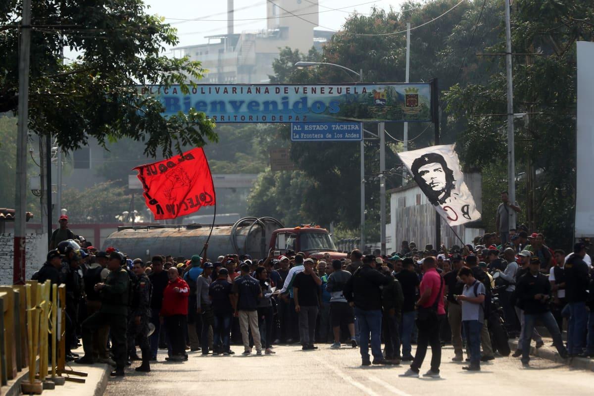 Venezuelaisia kerääntyi Simon Bolivar –sillalle, joka yhdistää Venezuelan ja Kolumbian.