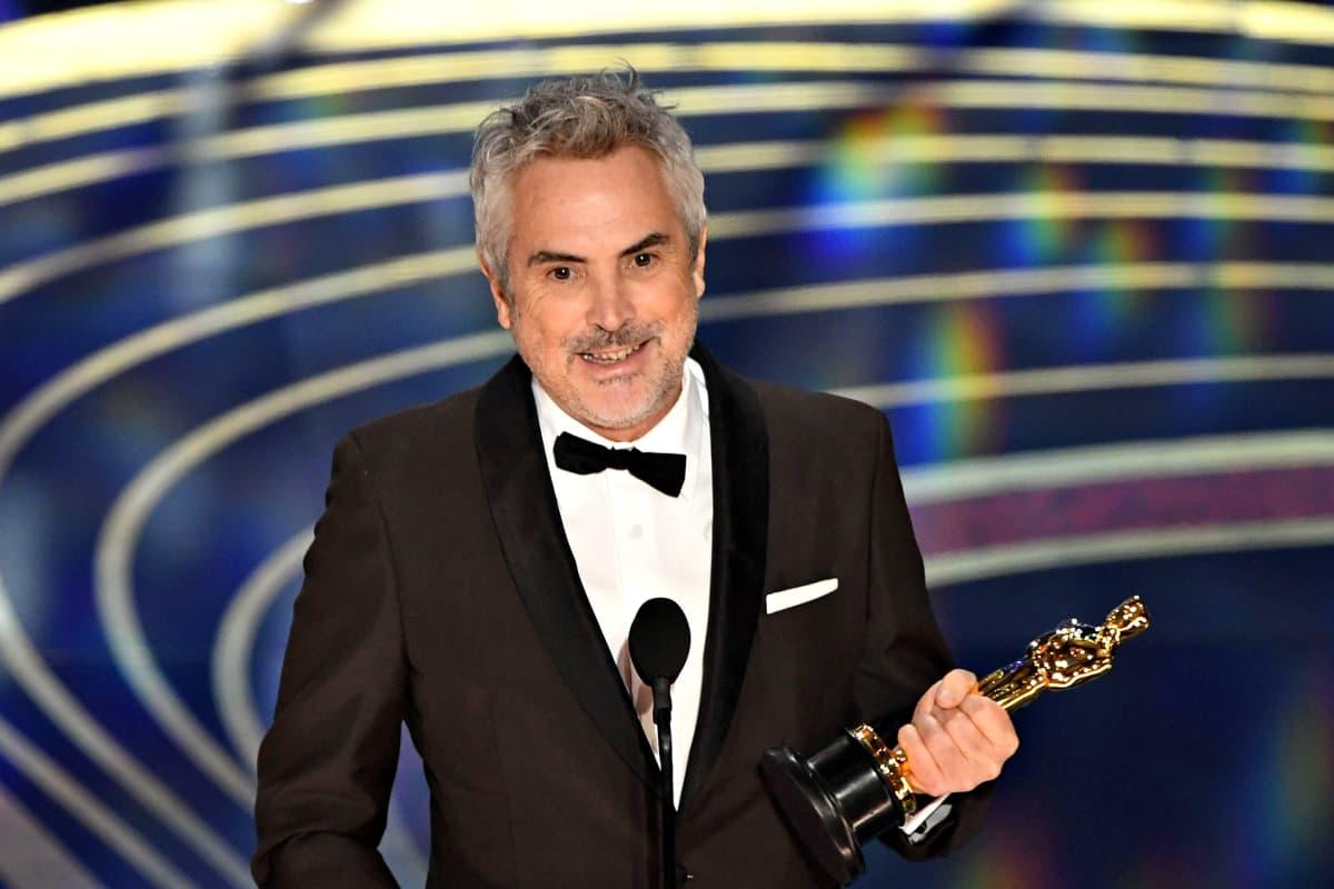 Alfonso Cuarón vastaanottamassa parhaan elokuvaohjaajan palkintoa Oscar-gaalassa 24. helmikuuta.