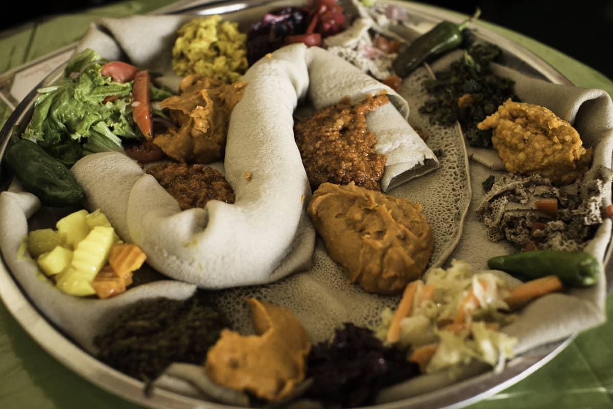 Etiopialaista injeralettua ja erilaisia kastikkeita.