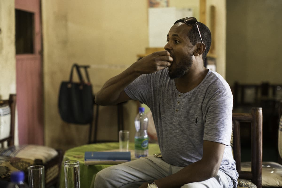 Abdi Ahmed syö injeraa.