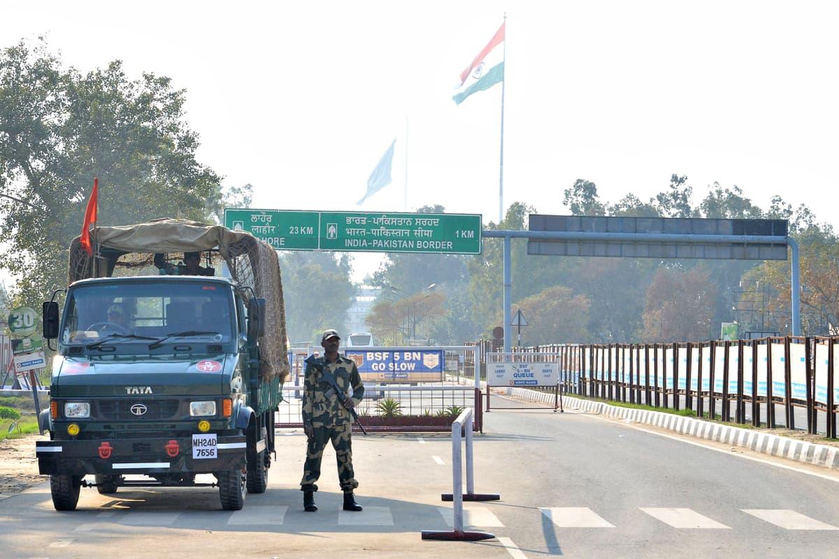 Intian rajaviranomainen seisoo vartiossa Intian ja Pakistanin välisellä rajanylityspisteellä 27. helmikuuta.