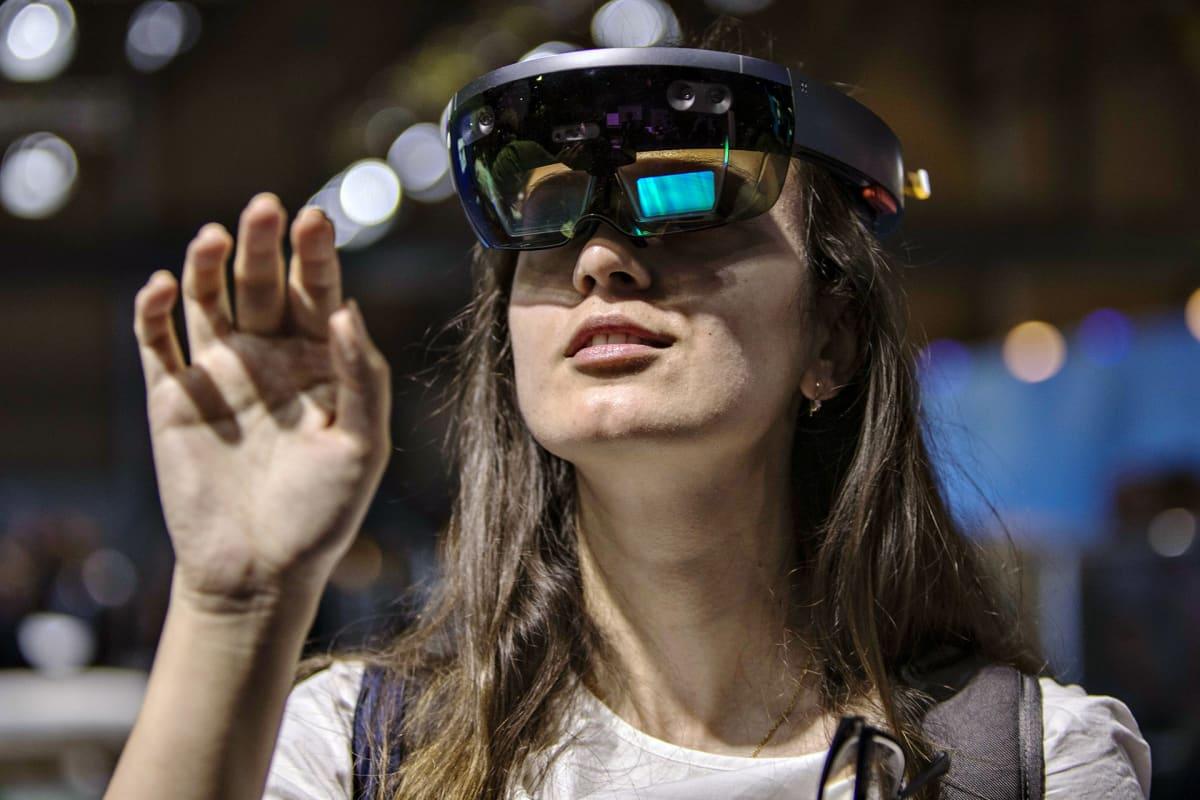 Nainen katsoo virtuaalilaseilla.