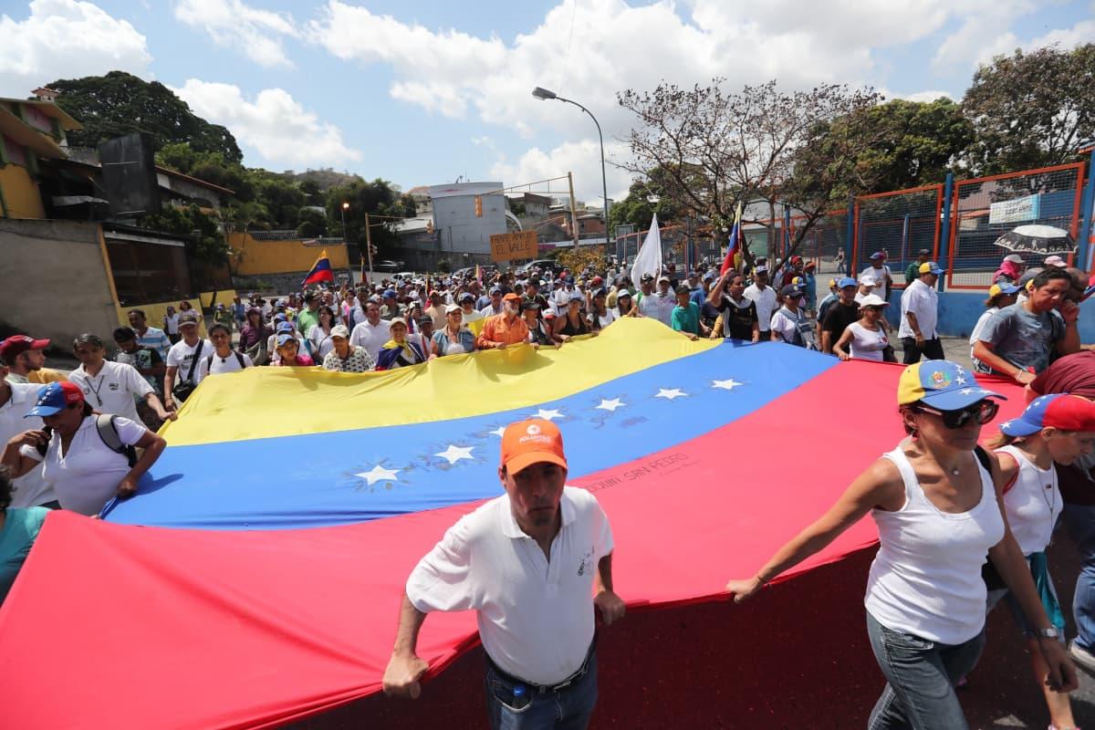 Caracasissa kokoonnuttiin mielenosoitukseen Juan Guaidón paluuta odottaessa.