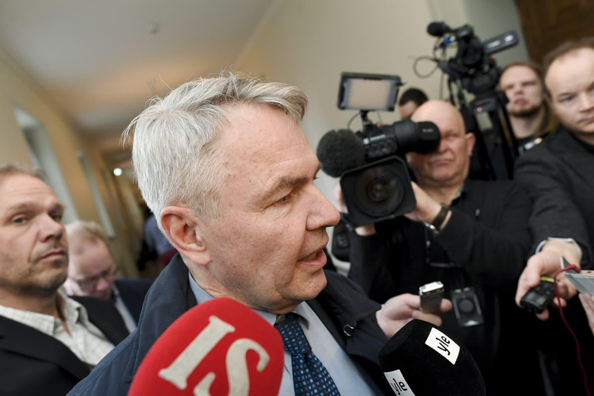 Vihreiden puheenjohtaja Pekka Haavisto median ympäröimänä eduskunnan käytävällä Helsingissä 8. maaliskuuta.