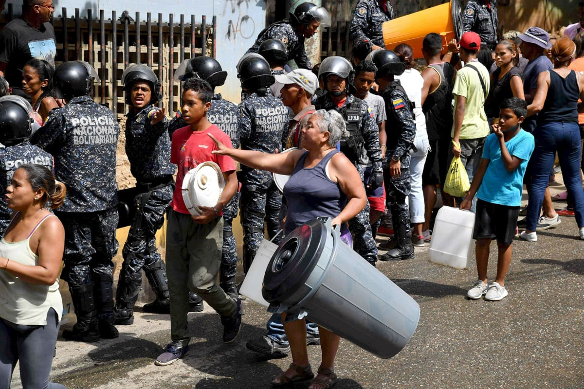 Ihmiset jonottivat juomavettä Caracasissa, Venezuelassa maanantaina.