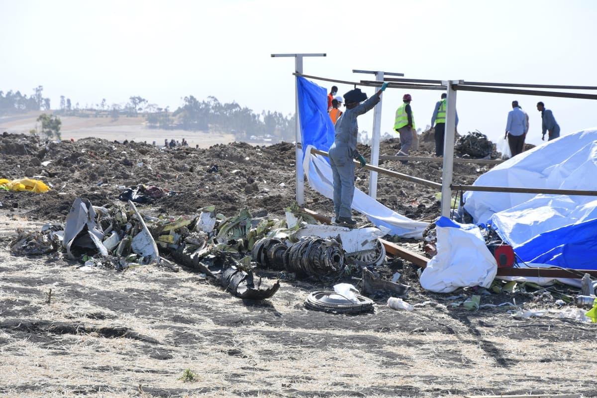 Pelastustyöntekijöitä tutkimassa tuhoutuneen Ethiopian Airlinesin koneen jäännöksiä.