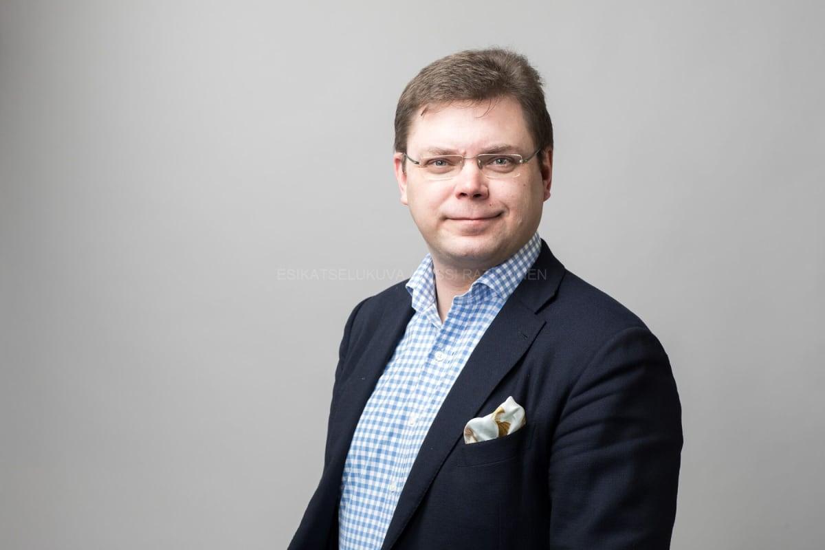 Accountorin toimitusjohtaja Niklas Sonkin arvostelee tulorekisterin toteutustapaa voimakkaasti.