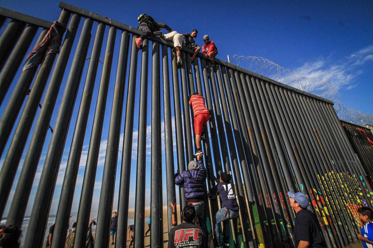 Siirtolaiset pyrkivät raja-aidan yli Yhdysvaltojen puolelle Playas Tijunanan alueella Baja Californiassa Meksikossa.