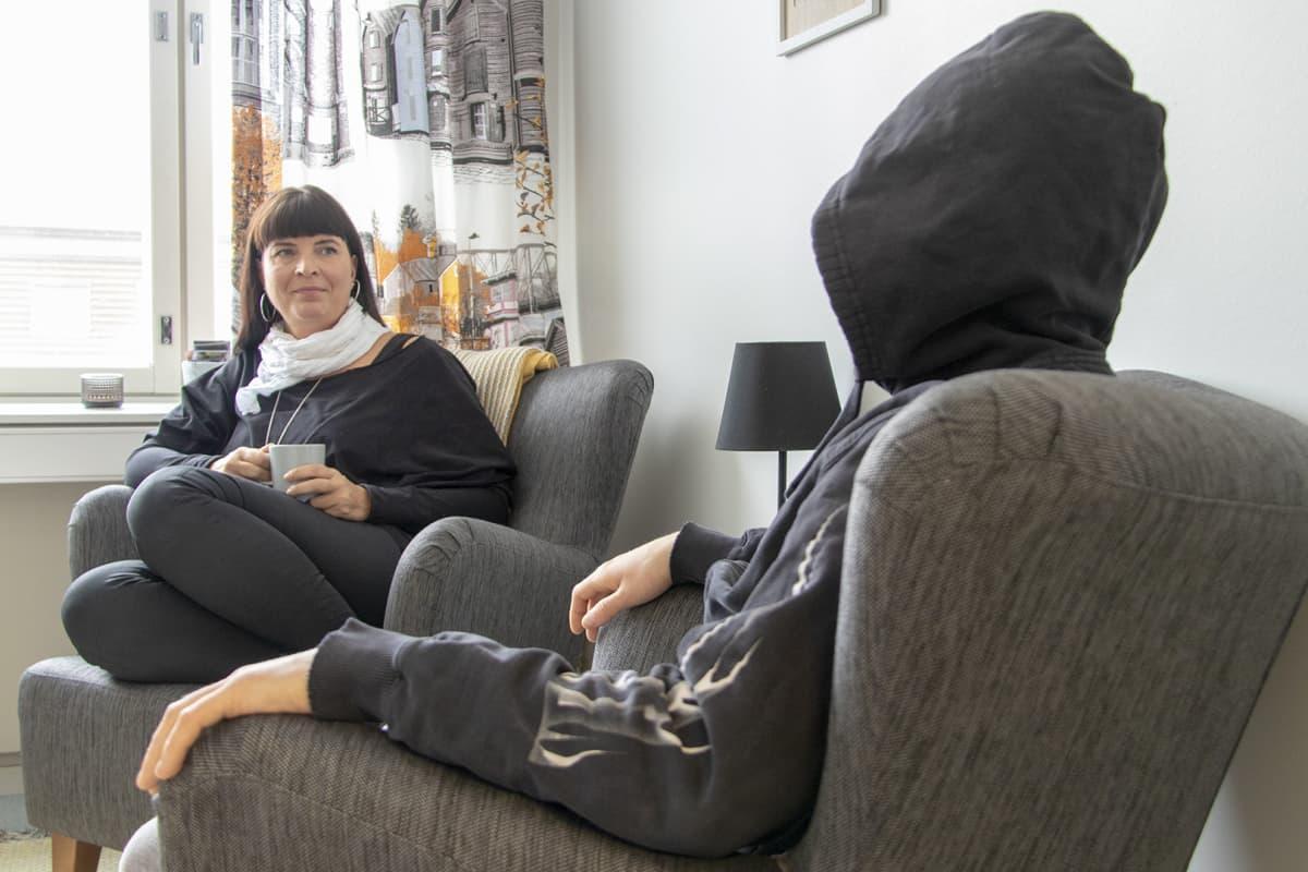 Vuolle Setlementin johtava päihdetyöntekijä Outi Törmikoski keskustelee huumausaineriippuvuudesta kärsineen Tonin kanssa.