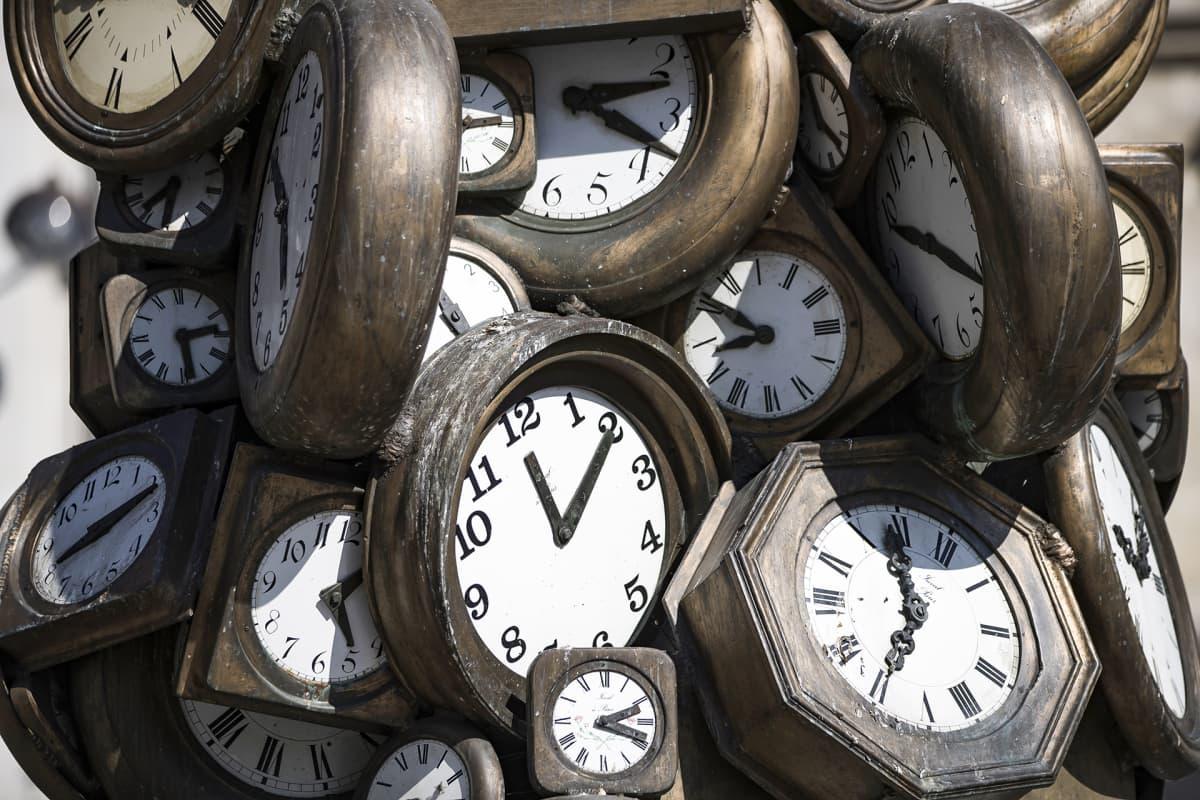 Veistos joka tehty kelloista.