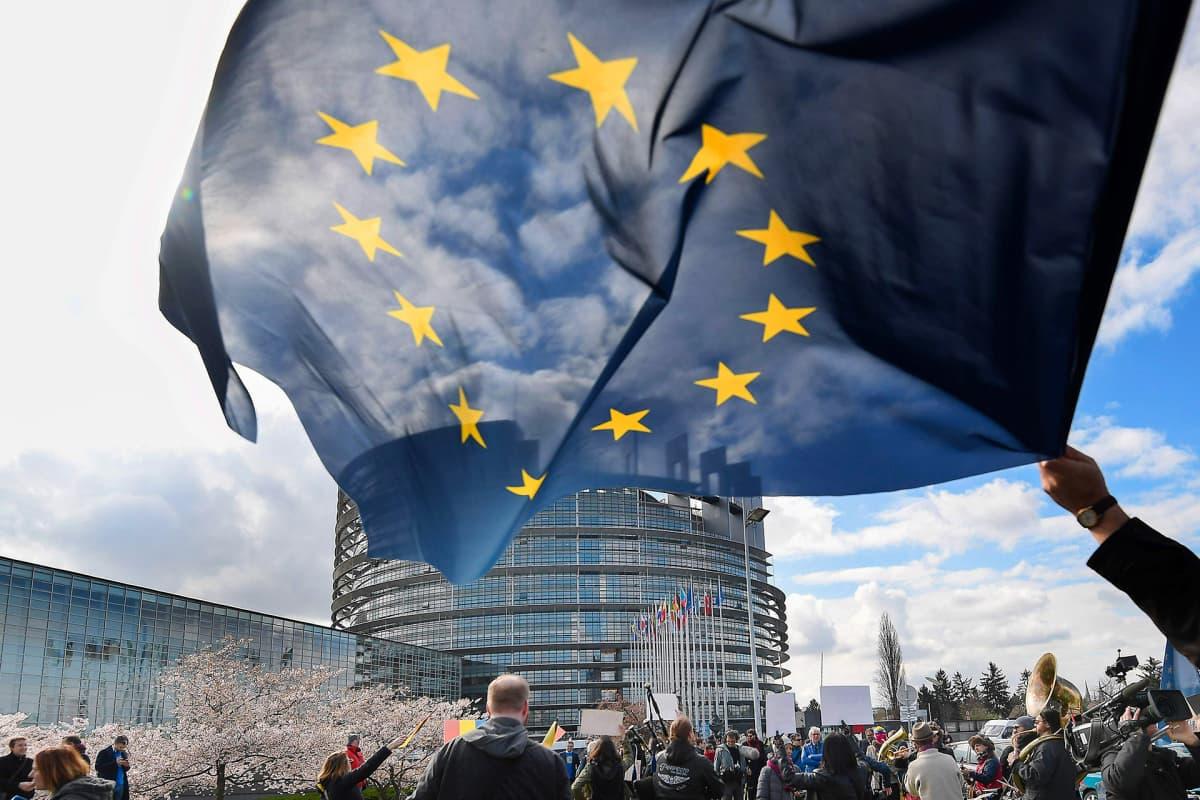 Ihmiset osoittavat mieltään tekijänoikeudirektiivin äänestyksen alla euroopan parlamentin edustalla Strasbourgissa 26. maaliskuuta.