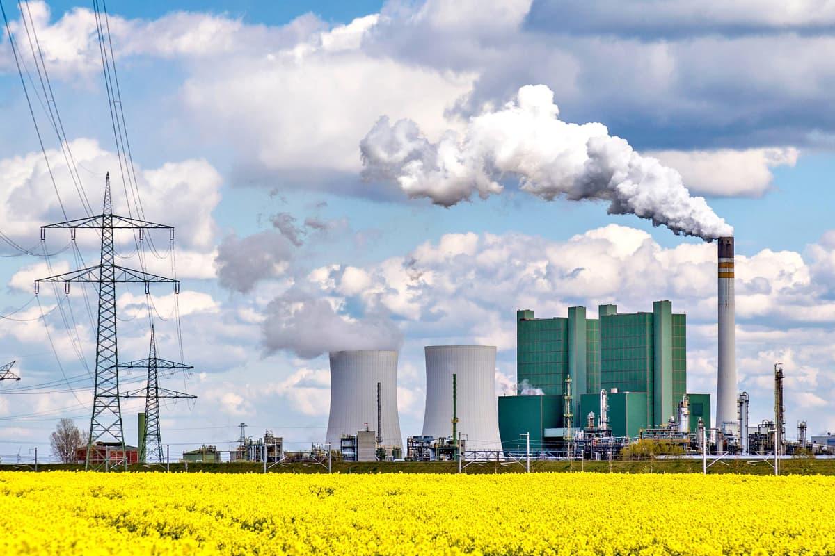 Ruskohiilivoimala puhaltaa pakokaasunsa taivaalle.